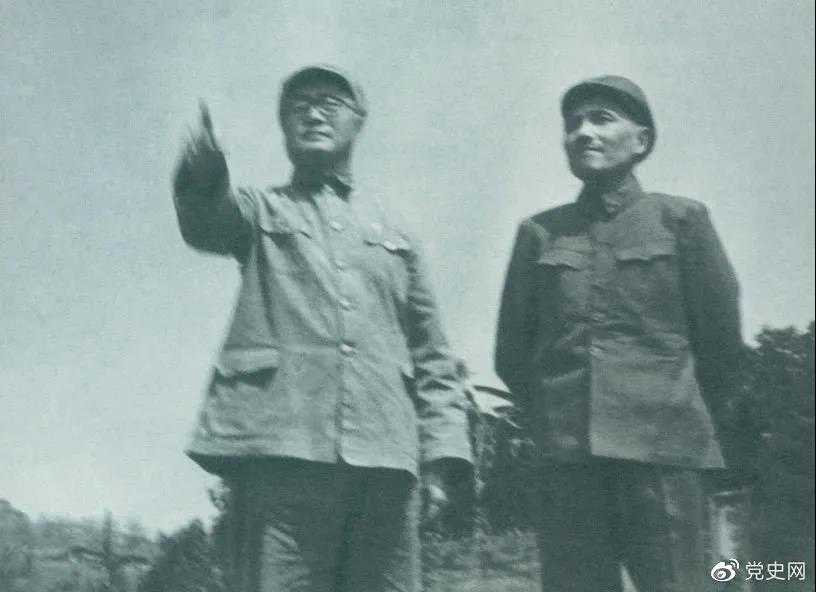 图为刘伯承司令员和邓小平政委指挥渡江准备工作。