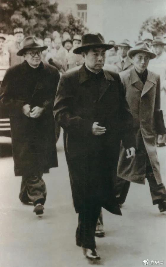 1954年4月26日,日内瓦会议开幕。图为周恩来率中国代表团进入会场。