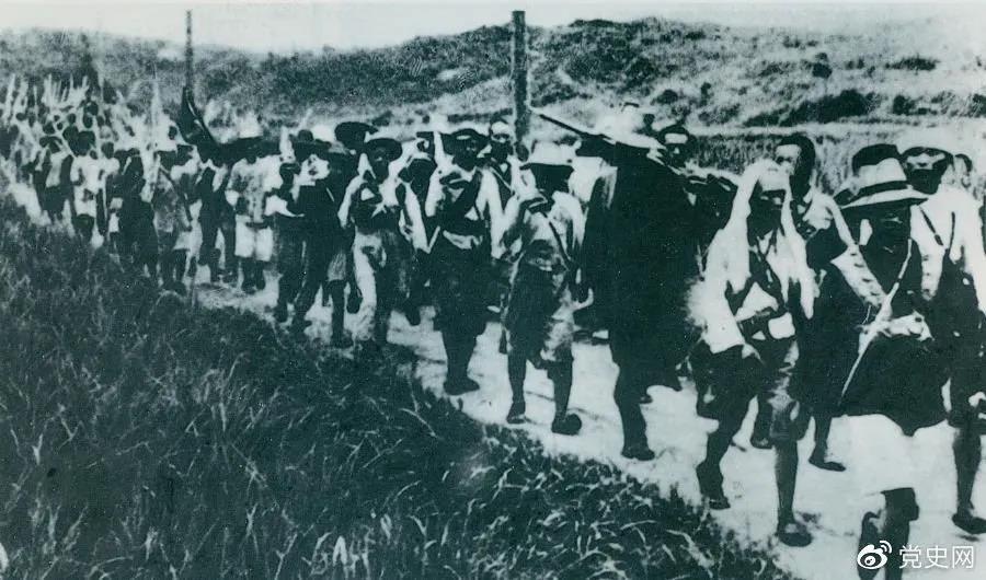 """1931年5月16日至31日,红一方面军在毛泽东、朱德指挥下,连续打了5个胜仗,歼敌3万余人,缴枪2万余支,打退了国民党军队的第二次""""围剿""""。图为行军中的红军。"""