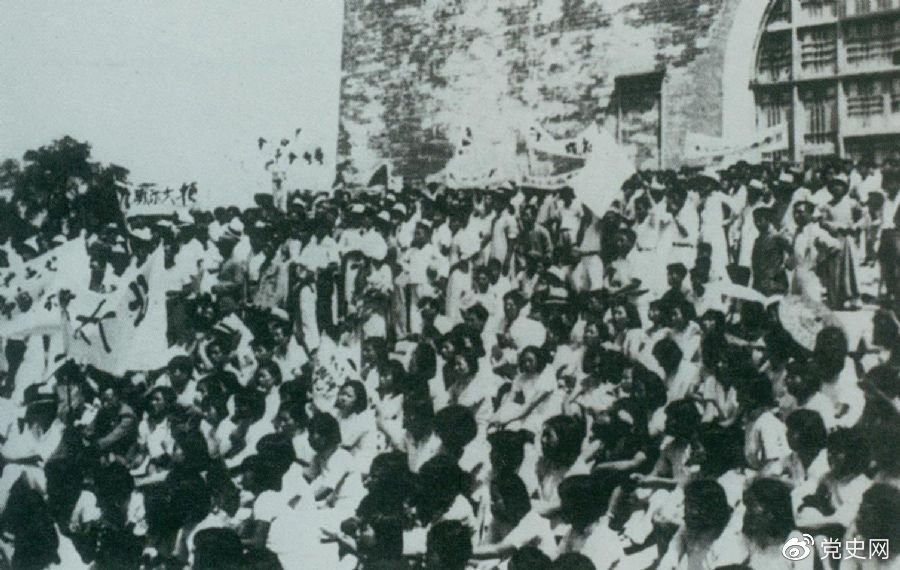 1936年6月13日,北平学生与市民在鼓楼前举行声势浩大的抗日集会。