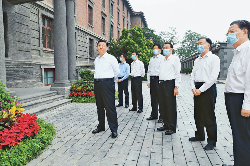"""2021年6月25日,中共中央政治局就用好红色资源、赓续红色血脉举行第三十一次集体学习。这次集体学习采取参观和讨论相结合的形式,这是习近平、李克强、栗战书、汪洋、王沪宁、赵乐际、韩正等在北大红楼参观""""光辉伟业 红色序章——北大红楼与中国共产党早期北京革命活动主题展""""。 新华社记者 谢环驰/摄"""