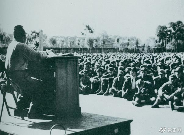 1949年7月,朱德在北平给第四野战军南下工作团讲话。