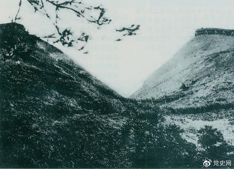 """井冈山黄洋界哨口。1928年8月30日,红军以不足一个营的兵力,在这里击退湘赣敌军的进攻,取得黄洋界保卫战的胜利。至11月,红军又打破了两省敌军对井冈山根据地的第二次""""会剿""""。"""