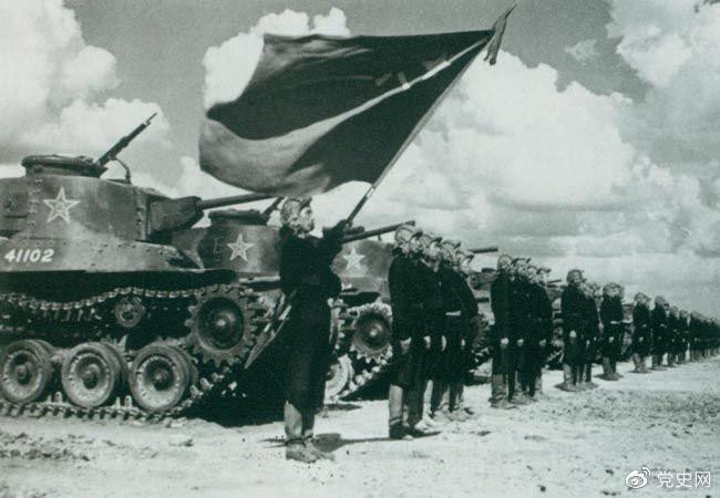 1950年9月,中国人民解放军装甲兵领导机构在北京成立。图为坦克部队阵容。