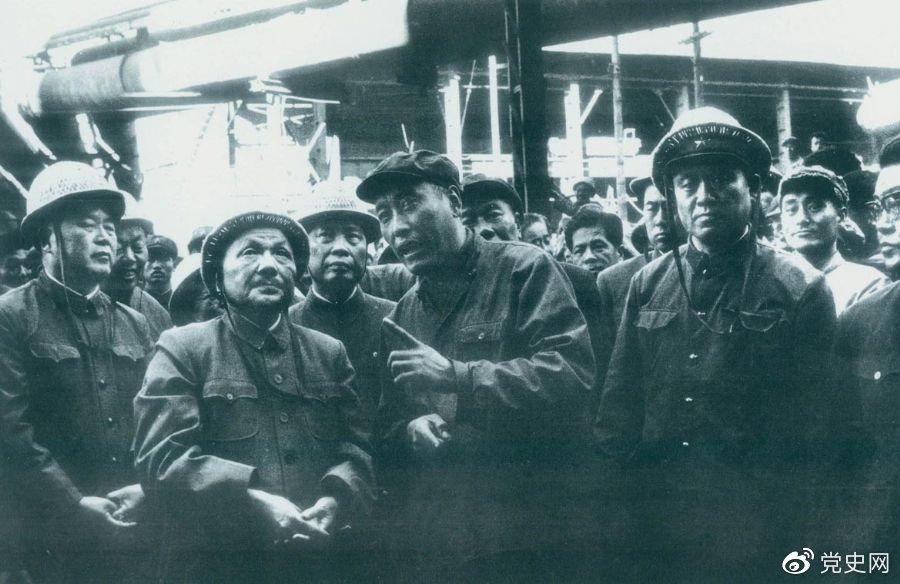 1978年9月18日,邓小平视察鞍山钢铁厂。