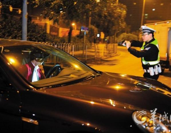 保时捷司机酒驾想逆行逃跑被警察拔枪逼停(图)