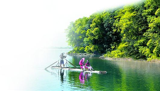 在蓝天的映衬下,陆水湖如同一块浅蓝色的布,湖水清澈,湖底的石头,泥沙