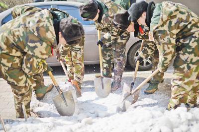 清冰扫雪 军民义务劳动图片