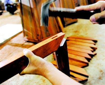 王新华   榫卯结构在中国运用的历史源远流长,是红木家具的一大特色。许多明清时期的红木家具距今已几百年历史了,虽略显陈旧,但家具整体的结构仍然完好如初,其中榫卯结构功不可没。  榫卯,是红木家具中相连接的两构件上采用的一种凹凸处理接合方式凸出来的榫头和凹进去的卯眼扣在一起,两块木头就会紧紧地相握,不再分离。大范之家红木家具总经理刘新文说,红木家具自明末进入技艺之巅峰后,代代相传、绵延至今,如今已成为世界文化遗产的一部分,其灵魂就是榫卯结构。一套红木家具不使用一根铁钉,却能使用几百年甚至上千年,