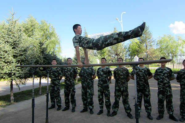 标准更高。   近日,内蒙古乌兰浩特市持续出现高温天气,武警乌兰浩特森林大队官兵针对担负的实际任务,着眼森林防火灭火的需要,在训练场顶高温、斗酷暑,锻造灭火精兵。   所属二中队党支部坚持以习主席提出的强军目标为统领,加强对中心工作的谋划研究,时刻不敢放松森林防火这根弦儿,紧贴管护区实际,积极开展野外化、模拟化训练,在近似实战的环境中摔打部队、锤炼作风,练就官兵过硬的灭火本领。除此外,还进行了400米障碍、单双杠、10公里武装越野以及灭火技战术等科目的训练。   指导员吕齐宝说:进入6月份,森林