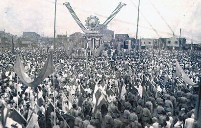 1945年9月3日,重庆民众狂欢庆祝抗战胜利,象征胜利的V字形无处不