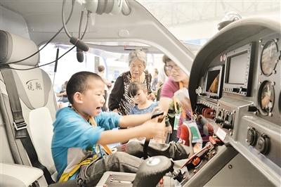 小朋友坐上飞机体验模拟驾驶