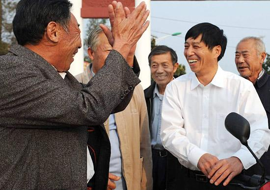 这是2008年10月7日,沈浩(前右)与大包干带头人关友江、严俊昌、严金昌、严学昌交流小岗村的改革发展情况。新华社记者王雷摄