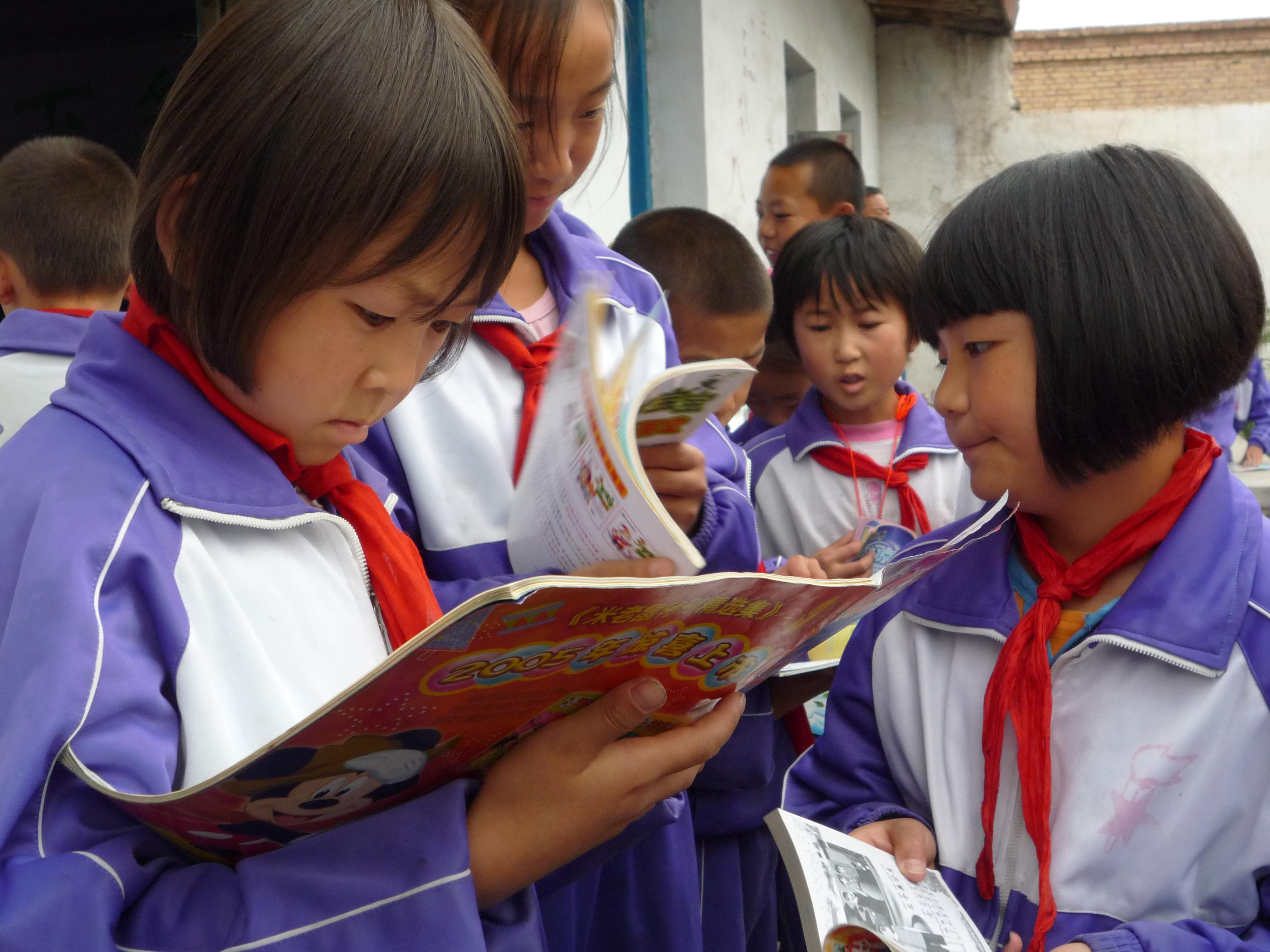 《听众接待室》捐助的爱心书屋,孩子们拿到书籍立刻认真的阅读