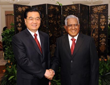 ChinesePresidentHuJintao(L)shakeshandswithSingapore'sPresidentS.R.NathanduringtheirmeetinginSingapore,onNov.11,2009.HuJintaoarrivedhereonWednesdayforastatevisitandtheEconomicLeadersMeetingoftheAsia-PacificEconomicCooperation(APEC),scheduledforSaturdayandSunday.(Xinhua/HuangJingwen)