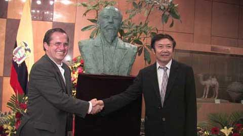 Chinese sculptor Yuan Xikun has been awarded the Supreme Medal of Culture and Art by the Ecuadorian government for his statue of General Eloy Alfaro, one of the greatest men in Ecuadorian history.