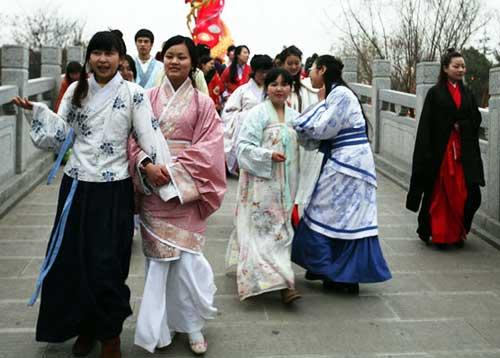 Students in Han costume [cntv.cn/file photo]