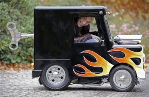 cctv la plus petite voiture du monde par un inventeur anglais. Black Bedroom Furniture Sets. Home Design Ideas