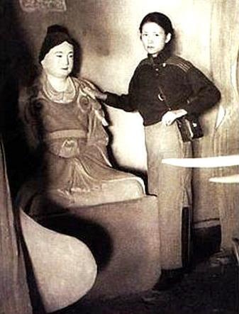 """1937年林徽因在山西五台山佛光寺大殿内与""""宁公遇""""的合影"""