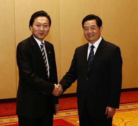 ChinesePresidentHuJintao(R)meetswithJapanesePrimeMinisterYukioHatoyamainWashingtonApril12,2010.PresidentHuJintaoarrivedinWashingtononMondaytoattendtheNuclearSecuritySummitslatedforApril12-13.(Xinhua/LiuWeibing)