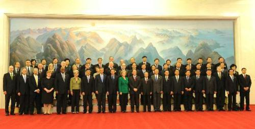 Chinese President Hu Jintao's special representatives, Vice Premier Wang Qishan, State Councilor Dai Bingguo, U.S. President Barack Obama's special representatives, Secretary of State Hillary Clinton and Treasury Secretary Timothy Geithner pose for a group photo along with other representatives prior to the opening of the second round of China-U.S. strategic and economic dialogue at the Great Hall of the People in Beijing, capital of China, May 24, 2010.(Xinhua/Rao Aimin)