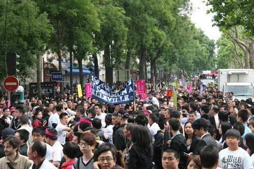 Thousands of Chinese living in the French capital Paris have protested over safety concerns, after being targeted in a series violent attacks.