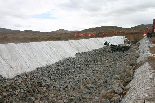 Soldiers and armed police have completed a channel to drain a reservoir that has reached dangerous levels along the Golmud River in Qinghai province.