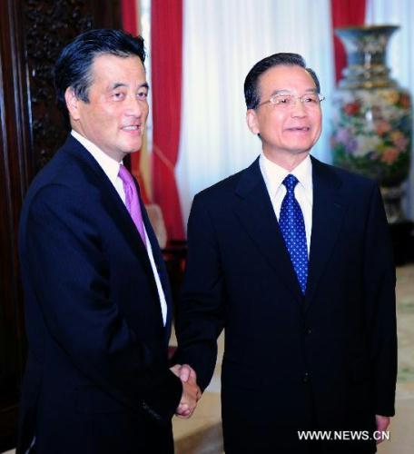 Chinese Premier Wen Jiabao (R) shakes hands with Japanese Foreign Minister Katsuya Okada in Beijing, Aug. 29, 2010.(Xinhua/Zhang Duo)