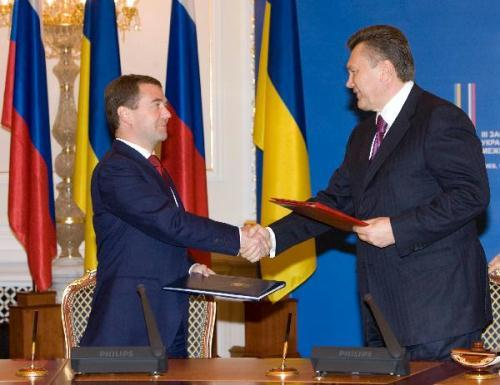 Russian President Dmitry Medvedev (L) and his Ukrainian counterpart Viktor Yanukovych exchange agreements in Kiev, capital of Ukraine, May 17, 2010. The two countries agreed to cooperate on a wide range of issues including natural gas and aerospace ventures.(Xinhua Photo)