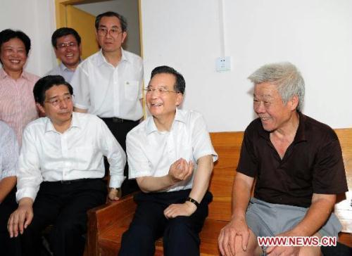 ChinesePremierWenJiabao(2ndR)talkswithresidentLuoZhixiongduringhisvisittoWuzhouCityofGuangxiZhuangAutonomousRegionJune19,2010.WenJiabaoinspectedflood-affectedareainGuangxifromJune19to20.(Xinhua/LiTao)