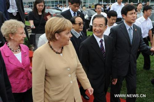 Chinese Premier Wen Jiabao and German Chancellor Angela Merkel visit Siemens Signalling Company Ltd, in Xi'an, northwest China's Shaanxi Province, July 17, 2010.(Xinhua/Jiao Weiping)