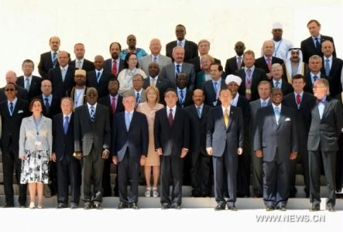 Wu Bangguo (4th R, Front), chairman of the Standing Committee of China's National People's Congress (NPC), poses for a group photo with other participants of the third World Conference of Speakers of Parliament held in Geneva, Switzerland, July 19, 2010. (Xinhua/Zhang Duo)