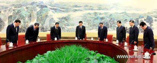 ChinesetopleadersHuJintao(4thL),WuBangguo(4thR),WenJiabao(3rdL),JiaQinglin(3rdR),LiChangchun(2ndL),XiJinping(2ndR),LiKeqiang(1stL)andZhouYongkang(1stR),payasilenttributeinBeijing,capitalofChina,Aug.15,2010,tomournforthevictimsoftheAug.8mudslidedisasterinZhouquCounty,GannanTibetanAutonomousPrefectureinnorthwestChina'sGansuProvince.(XinhuaPhoto)