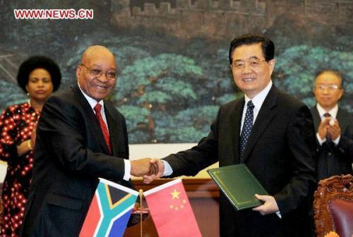 "ChinesePresidentHuJintao(R,front)shakeshandswithSouthAfricanPresidentJacobZumaaftersigningtheBeijingDeclarationonestablishinga""comprehensivestrategicpartnership""betweenthetwocountriesinBeijing,capitalofChina,Aug.24,2010.(Xinhua/RaoAimin)"