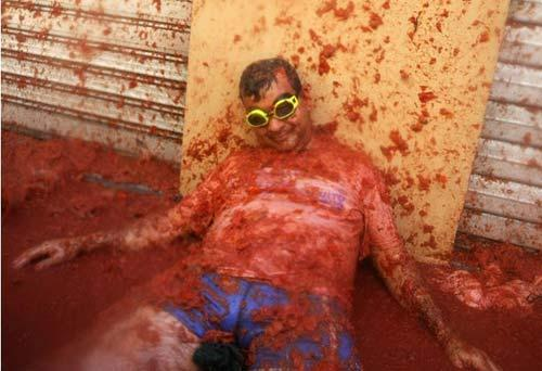 The annual tomato throwing festival, or Tomatina, has begun in Bu-nol, Spain.