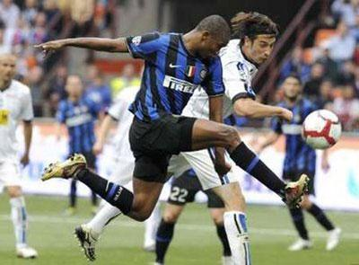 Inter Milan's Samuel Eto'o (L) fights for the ball with Atalanta's Federico Peluso during their Italian Serie A soccer match at the San Siro stadium in Milan April 24, 2010. REUTERS/Paolo Bona