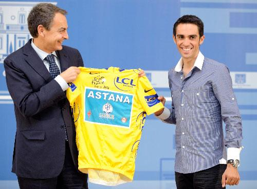 Spain's Prime Minister Jose Luis Rodriguez Zapatero (left) and Alberto Contador pose with the Tour De France overall leader's yellow jersey. (The Associated Press)
