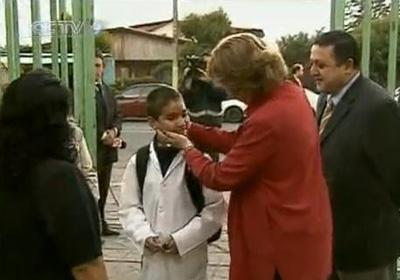 Chile's Education Minister personally welcomed students at a school in the capital Santiago on Monday, nine days after the devastating quake. (CCTV.com)
