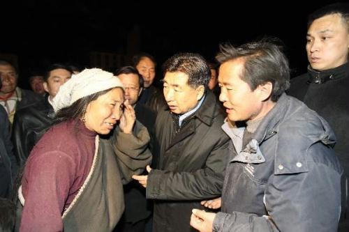 Vice Premier Hui Liangyu has inspected quake relief work in the quake-hit region. He urged rescuers to make all-out efforts to save lives and move the injured to safer areas.