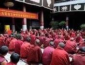 الرهبان البوذيون فى التبت يصلون من اجل ضحايا الزلزال