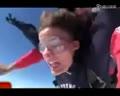 实拍澳女子高空跳伞 爆笑表情全纪录