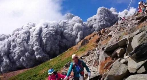 实拍日本火山喷发瞬间 幸存者讲述末日逃亡