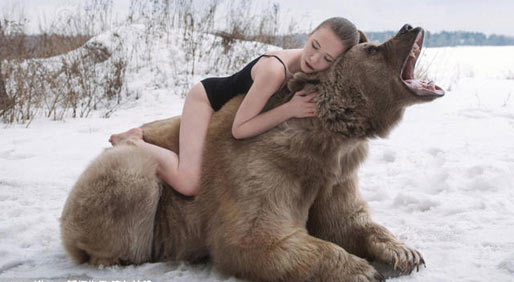 美女模特与巨熊深情相拥 雪地摆pose拍合照