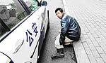 """腿伸警车下妄想""""讹""""警察"""