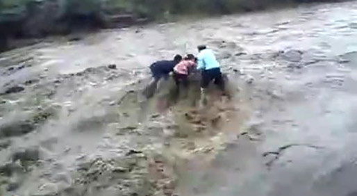 实拍洪水瞬间吞没5人 专家:洪水来袭有征兆