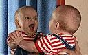 笑喷了 宝宝对自己的身体感兴趣之后