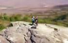 摄影师航拍山顶浪漫求婚