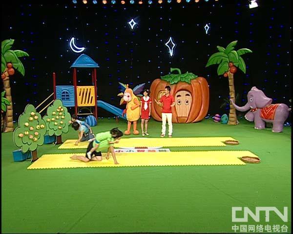 西瓜桔子做游戏猴子运桃