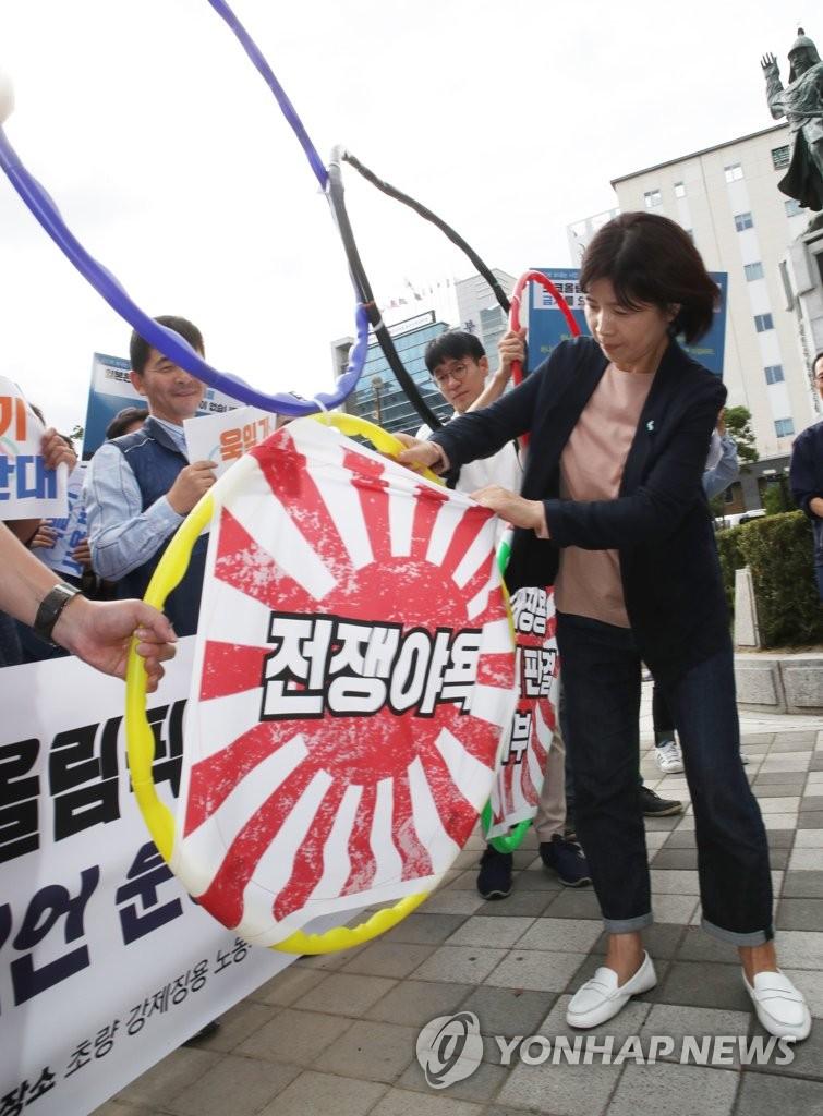 """资料图:韩国公民团体举行集会,反对东京奥运为""""旭日旗""""放行。 (韩联社)"""