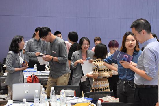 上海外国语大学各学院老师利用双选会与企业HR对接用人需求。上海外国语大学供图